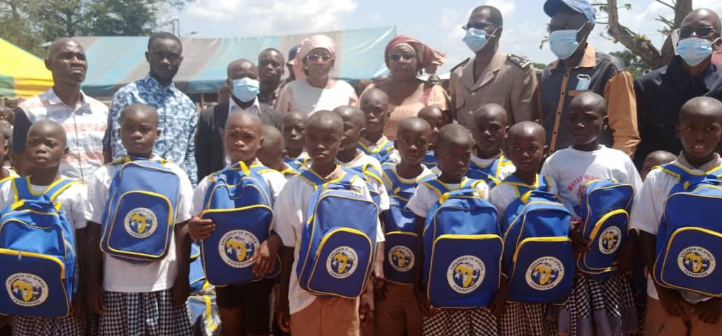 Côte d'Ivoire/Mme Dominique Ouattara offre 1000 Kits scolaires et une cantine auxélèves du villagede Lohou