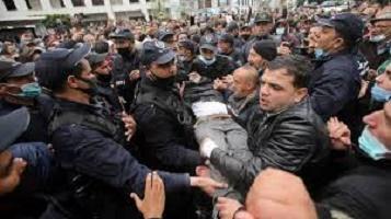 Algérie: des milliers de manifestants dans les rues pour les deux ans du Hirak
